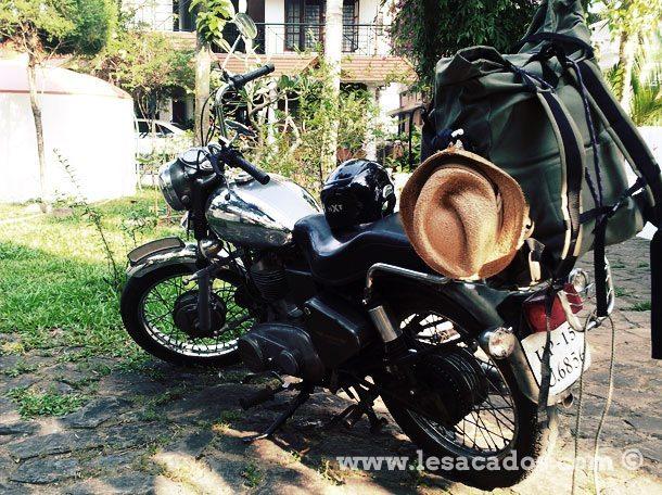 Moto Royal Enfield et sac à dos