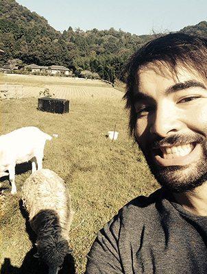 Moi en train de m'occuper des chèvres