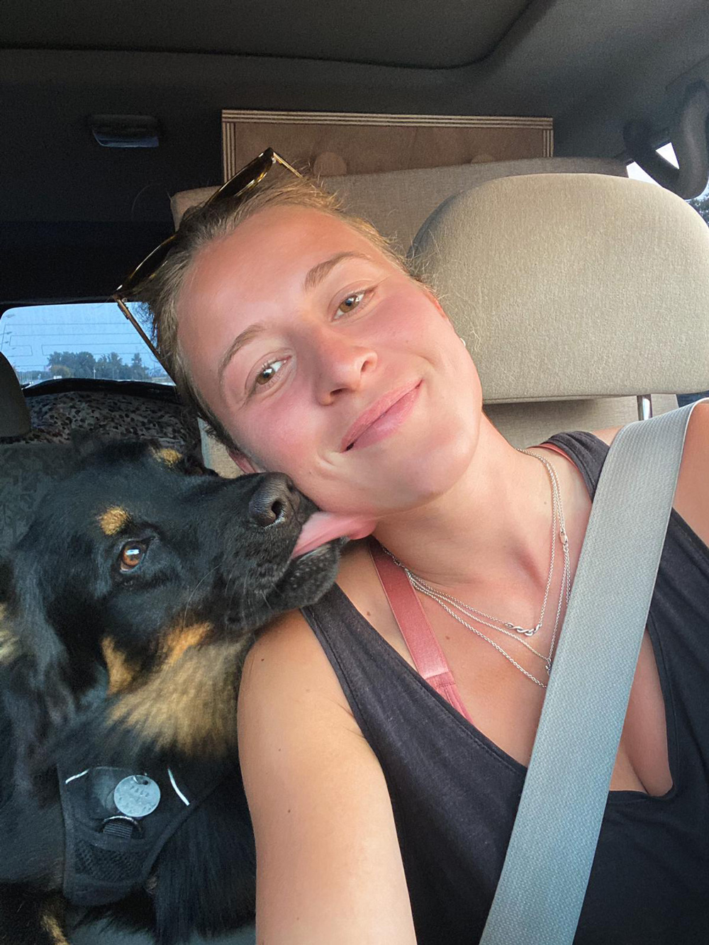 Louise avec son chient et dans sa Nissan Patrol